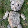 Landart: Teddy aus Feldsteinen